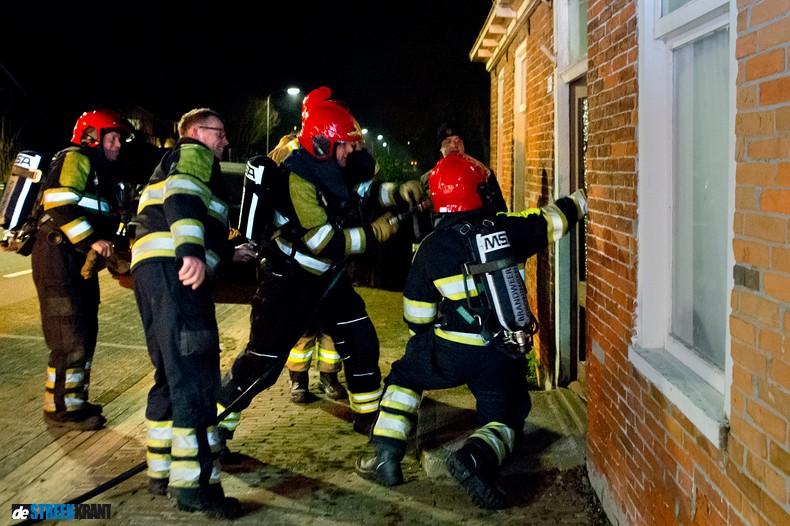 Brandweeroefening in vervallen oude woning Niezijl